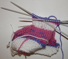 Ristiin rastiin: Vauvan tossut, ohje Knitted Hats, Knitting, Knit Hats, Tricot, Knit Caps, Stricken, Knitwear, Crocheting, Weaving