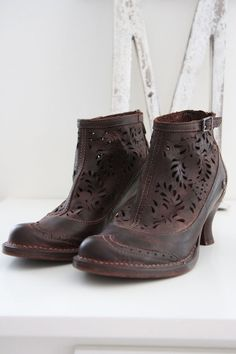 Neosens shoes via Alvashus. Sock Shoes, Shoe Boots, Clogs Outfit, Steampunk Boots, Vintage Shoes, Me Too Shoes, Combat Boots, Fashion Accessories, Footwear