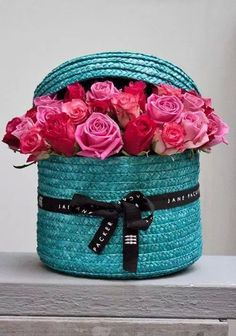 Tourquoise basket & pink roses