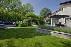 verhoogde border met Schellevis tegel, verkrijgbaar bij www.martinbuijtels.com Lounges, Doors, Mansions, House Styles, Outdoor Decor, Plants, Image, Home Decor, Gardening