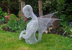 El artista contemporáneo britanico Derek Kinzett crea sus esculturas figurativas a través del corte y modelados de diferentes tipo de alambre.