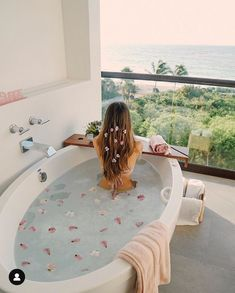 How dreamy is this bubble bath 🛁 with a view 🌿🌸. Who else is in serious need of some pampering? ✨ Take a dip into relaxation with some gorgeous bath inspiration for your pamper days! Design Studio, Ux Design, Interior Design, Jacuzzi, Shower Time, Relaxing Bath, Milk Bath, Design Thinking, Luxury Life