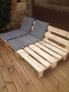 Pallet Outdoor Furniture Reclining Seats for Your Patio or Deck - Outdoor pallet furniture ideas help you make your backyard into an outdoor living area that you can enjoy with your family. Find the best designs! Diy Furniture Easy, Diy Garden Furniture, Wooden Pallet Furniture, Diy Outdoor Furniture, Furniture Ideas, Wooden Pallets, Pallet Bench, Furniture Design, Pallet Wood