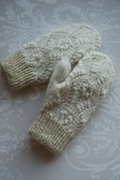 Undiin by Kristi Everst_mittens with lace