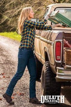 Have you noticed that jeans with built-in stretch have the unfortunate tendency to sag out of shape? After only a few hours of wear, the derriere droops and the knees bag most unbecomingly. But not Duluth Trading Daily Denim! Over 50 Womens Fashion, Fashion Over 50, Farm Clothes, Country Girls Outfits, Duluth Trading, Fashion Marketing, Foto Pose, Outdoor Woman, Poses