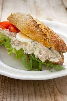 Een vers broodje met garnalen smaakt echt feestelijk! Maak eventueel met de overschot een lekker hapje! Of vice versa natuurlijk... Sandwiches For Lunch, Wrap Sandwiches, Pureed Food Recipes, Cooking Recipes, Italian Lunch, Grill Cheese Sandwich Recipes, Lunch Wraps, Salsa, Dutch Recipes