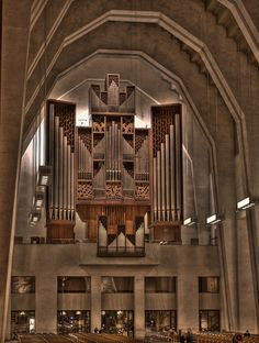 gorgeous organ...pic by lannerz_1987...this looks similar to the one i heard played in a seattle cathedral when i was in high school...played by my choir director.