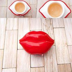 Segundo producto de la bb bag de beauteque. Es el kiss kiss lip balm de tony moly. Es un bálsamo labial con forma de labios. Es precioso y huele a miel floral pero suave. Contiene 025 oz. Contiene mielaguavaselina etc. Contienen SPF15. Su precio es de 999 $ 3kiss#lip#lips#balm#bag#beauteque#bbbag#tonymoly#water#honey#flowers#