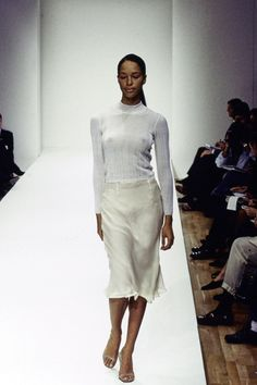 Prada Spring 1995 Ready-to-Wear Fashion Show Collection: See the complete Prada Spring 1995 Ready-to-Wear collection. Look 55 Fashion Gone Rouge, 90s Fashion, Runway Fashion, High Fashion, Fashion Show, Vintage Fashion, Fashion Design, Haute Couture Style, Afro