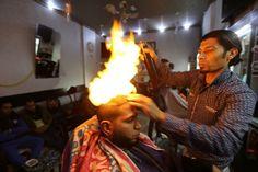 ¿Le gustaría cortarse el cabello con este barbero? Visite nuestra página y sea parte de nuestra conversación: http://www.namnewsnetwork.org/v3/spanish/index.php   #nnn #bernama #malasia #malaysia #palestina #gaza #curiosidades #news #noticias #ramadanedwan #peliqueria #fuego #fire #famous #barbershop #cultura