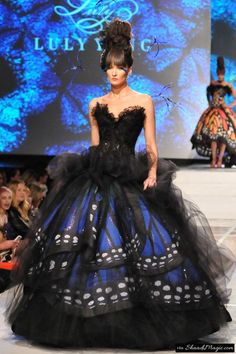 Luly Yang, Haute Couture, Blue Morpho Monarch dollars Black & blue morpho butterfly print taffeta ballgown with tulle and Swarovski crystal details. Butterfly Fashion, Butterfly Dress, Morpho Butterfly, Blue Butterfly, Butterfly Design, Butterfly Print, Monarch Butterfly Costume, Butterfly Wedding, Butterfly Wings