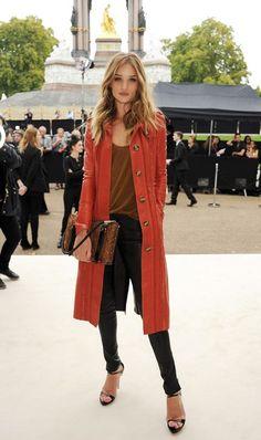 I love a long coat. Rosie Huntington-Whiteley in Burberry Look Fashion, Fashion Beauty, Womens Fashion, Fashion Trends, Net Fashion, Fashion Styles, Street Fashion, Fashion Models, Latest Fashion