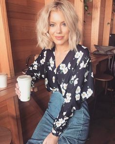 """12.8 k mentions J'aime, 59 commentaires - Laura Jade Stone (@laurajadestone) sur Instagram : """"Coffee please wake me up Wearing @sheikeandco ✨✨ #sheikestyle"""""""