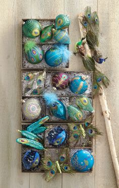 Beautiful peacock ornaments for your Christmas tree. make dragon flies with peacock feathers? Peacock Christmas Decorations, Peacock Christmas Tree, Peacock Ornaments, Peacock Decor, Peacock Colors, Christmas Colors, Christmas Themes, Green Peacock, Peacock Theme