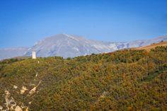 La torre di avvistamento di san Giorgio di Cascia che sovrasta la valle del Corno. Sullo sfondo il massiccio del Monte Patino!