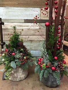 Resultado de imagem para kerststukken – André Oliveira – The Best DIY Outdoor Christmas Decor Christmas Urns, Christmas Planters, Christmas Greenery, Outdoor Christmas Decorations, Rustic Christmas, Christmas Home, Christmas Wreaths, Winter Decorations, Fall Decor