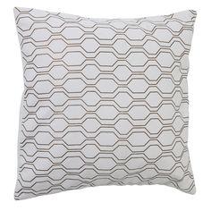 Een stijlvolle must have! Met dit fraaie sierkussen Groovy wit-koper zorg je voor een knusse setting in je woning. Het kussen is voorzien van een mooi motief en schittert letterlijk op je bank. Combineer Groovy wit-koper met andere kussens, of juist met een fijn plaid. Het sierkussen is gemaakt van textiel en heeft de maat 50x50. Dit sierkussen wordt geleverd met passende binnenvulling. Sierkussen Groovy wit-koper is afkomstig van het merk Light & Living.