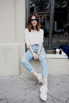 Casual, all time classic, white shirt with ripped denim. Love Fashion, Korean Fashion, Girl Fashion, Fashion Outfits, Net Fashion, Fashion 2017, Style Fashion, White Shirt Outfits, Casual Outfits