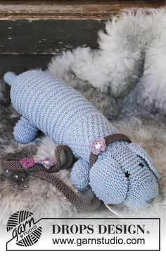 Allie Woof the Dog / DROPS Children 30-24 - Ainaoikeinneulottu koiralelu kaulapannalla. Työ neulotaan DROPS Big Merino -langasta.