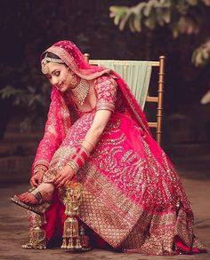 @hitchedandclicked beautifully captures the beauty of an Indian bride.