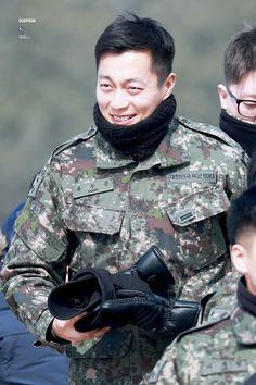 Jung Jin Woo, Beast Members, Army Look, Yoon Doo Joon, Korean Star, Korean Singer, Pretty People, Jon Snow, Boy Outfits
