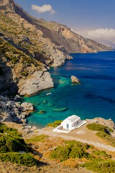 Discover Amorgos: in the heart of the Aegean, in the Cyclades, this island is ready to reveal its secrets! Places To Travel, Places To See, Travel Destinations, Mykonos Greece, Corfu Greece, Athens Greece, Greece Culture, Le Grand Bleu, Viajes