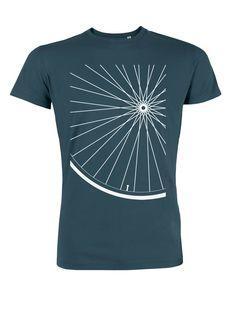 Das T-Shirt haben wir für alle Detailliebhaber von Fahrrädern bedruckt. Vielleicht bewahrt es einen auch vor dem nächsten Speichenbruch?  Das Männershirt in petrol ist zu 100 % aus fair...