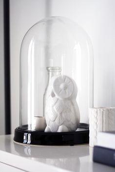 Glazen stolp met uil beeldje van keramiek
