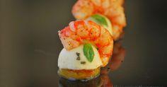 Un aperitivo con un marcado contraste de sabores: una lámina de piña fresca marcada en la plancha, sobre ésta una semiesfera  de ...