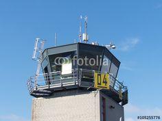 Der Tower des Segelflugplatz Oerlinghausen vor blauem Himmel im Teutoburger Wald in OWL