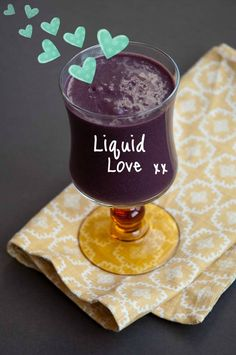 Liquid Love Smoothie: 2 cups frozen blueberries 1 banana cup raw cashews 2 Medjool dates, pitted 2 Tablespoons raw cacao powder 2 teaspoons maca powder 1 cups water, or more to reach desired consistency Yummy Smoothie Recipes, Healthy Dessert Recipes, Healthy Smoothies, Raw Food Recipes, Healthy Food, Healthy Eating, Blueberry Banana Smoothie, Blueberry Chocolate, Raw Cacao Powder