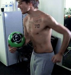 And this is why Louis isnt shirtless all the time...because it kills people!!! Asjfflshskalllfjdj!