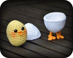 Grietjekarwietje: Crochet Pattern: Chicken in egg on legs - use translator, in Dutch - free pattern