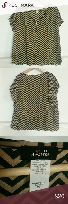 Plis size 1X Chevron print top NWOT chevron print top with zipper detail on front.  Excellent condition  Labeled as a size 1X  TTS Length 24 inch  Pit-pit 26 inch  Material  polyester Tops Blouses