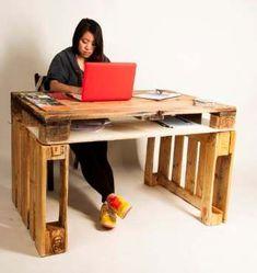 Met drie pallets maak je een degelijke studietafel met opbergruimte.