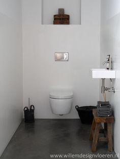 Gevlinderde woon betonvloer doorlopend in het toilet.