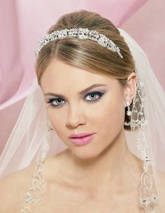 Inspiration for your wedding - the veil tiara combo. Learn tips for wearing a tiara and attaching a veil by clicking the picture! Wedding Hairstyles For Medium Hair, Popular Short Hairstyles, Short Wedding Hair, Wedding Hair And Makeup, Wedding Veils, Hairstyle Wedding, Headpiece Wedding, Tiara Hairstyles, Pretty Hairstyles
