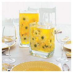Jello in a vase and drop flowers in it. Use half the water that jello recipe calls for for more vibrant color. Or use unflavored knox gelatin and food coloring--avoid problems with ants from leaving jello/sugar sitting out. Deco Cool, Do It Yourself Wedding, Deco Originale, Deco Floral, Party Centerpieces, Centerpiece Ideas, Colorful Centerpieces, Sunflower Centerpieces, Elegant Centerpieces