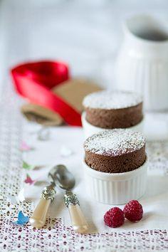 souffle de chocolate Choco Chocolate, Chocolate Souffle, Cupcake Cookies, Mini Cupcakes, Chocolate San Valentin, Desserts In A Glass, Delicious Desserts, Yummy Food, Gastronomia