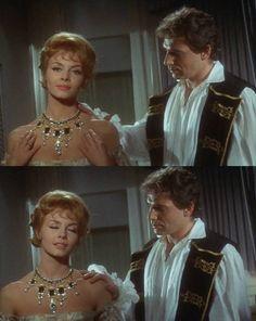 Die Szene mit der indischen Halskette aus dem Film Angelique, Marquise der Engel: - Sie dürfen nicht sagen es wäre zu kostbar. - Nein Joffrey. - Es stammt aus Indien. Hat zwei Schiffbrüche mit mir überstanden. Tragen sie es damit es lebt.