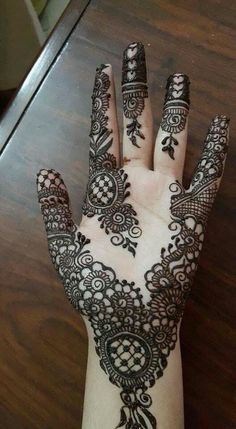 People having interest in fashion are much inclined towards the mehndi designs. If you are among beginners and love to try out different mehndi patterns and motifs then these easy mehndi designs are just perfect for you. Pretty Henna Designs, Modern Henna Designs, Simple Arabic Mehndi Designs, Stylish Mehndi Designs, Mehndi Simple, Beautiful Mehndi Design, Mehndi Desgin, Front Mehndi Design, Back Hand Mehndi Designs