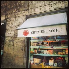 """Quando ero piccolo, e non vivevo a Roma, mamma mi portava a comprare un giocattolo """"ricordo"""" della città. #ricordi image  via @instapet"""