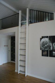 Bifogad bild Mezzanine Bedroom, Loft Room, Bedroom Loft, Loft Stairs, House Stairs, Tiny Loft, Deco Studio, Attic Bedrooms, Sleeping Loft