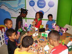 Niños y niñas divirtiéndose jugando en el taller de reciclaje auspiciado por La Nacional en Sambil Santo Domingo. 2014