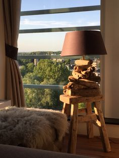 Houten lamp- wooden tablelamp on old chair.