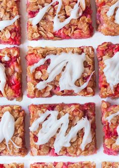 Super healthy strawberry oatmeal bars – with naturally sweet strawberry filling between layers of buttery oatmeal crumble! ❤ Soft and wholesome strawberry oatmeal bars, made with pantry staple ingredients! Healthy Breakfast Meal Prep, Healthy Snacks, Breakfast Recipes, Dessert Recipes, Dessert Blog, Snacks Recipes, Healthy Recipes, Healthy Sweets, Vegan Breakfast