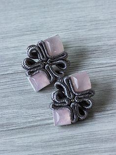 Wyjątkowo subtelne kolczyki sutasz z kamieniem półszlachetnym - kwarcem różowym. Na srebrnych sztyftach. Soutache Bracelet, Soutache Jewelry, Shibori, Handmade Necklaces, Handmade Jewelry, Beaded Jewelry Patterns, Polymer Clay Charms, Diy Earrings, Wedding Jewelry