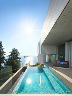 This concrete and wood split-level modern house in Vancouver, Canada, has a swimming pool and deck with views of the ocean. Small Swimming Pools, Small Pools, Design Exterior, Interior And Exterior, Modern Interior, Moderne Pools, New Home Designs, Cool Pools, Pool Designs