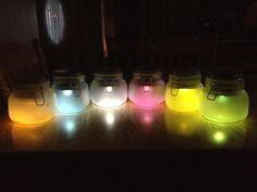 Wie man multi-colored solar light gläser Solar Mason Jars, Mason Jar Crafts, Mason Jar Diy, Diy Solar, Lantern Craft, Mason Jar Lighting, Candle Lighting, Jar Lights, Glass Jars