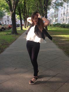 Blog de moda / Fashion blog. Look negro y blanco - bolso rojo - cuñas esparto negras / Black and white look - red bag - black wedges